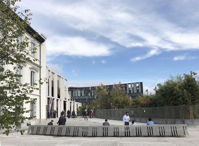 arquitectura espacio público, entrada sala polivalente y oficinas al fondo