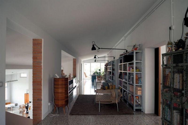 Imagen interior de la zona living de la casa a dos alturas