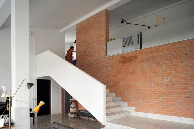 Imagen de la escalera del living a doble altura
