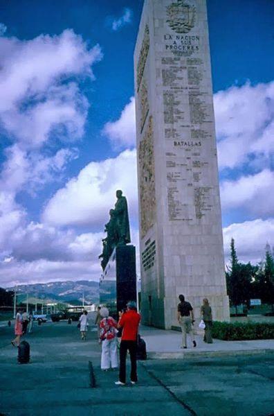 vista lateral monolito y estatuas de los próceres