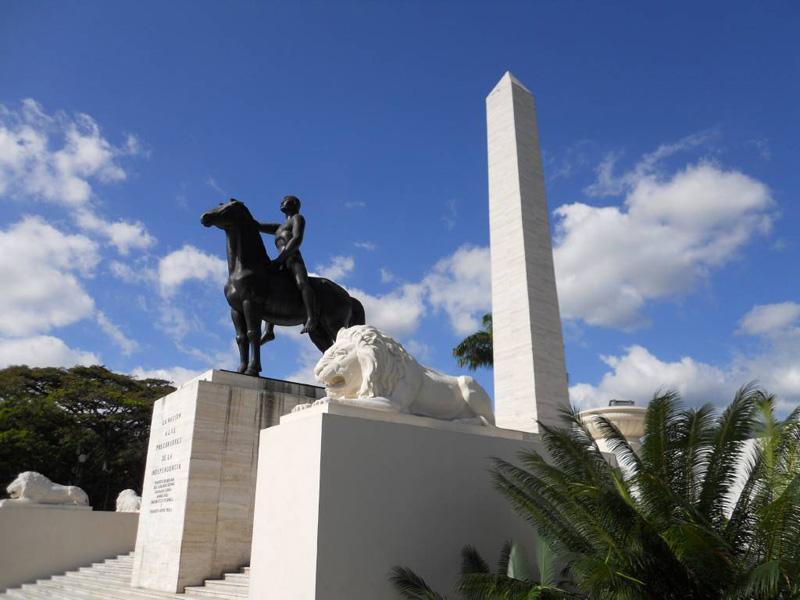 monumento_a_los_precursores obelisco