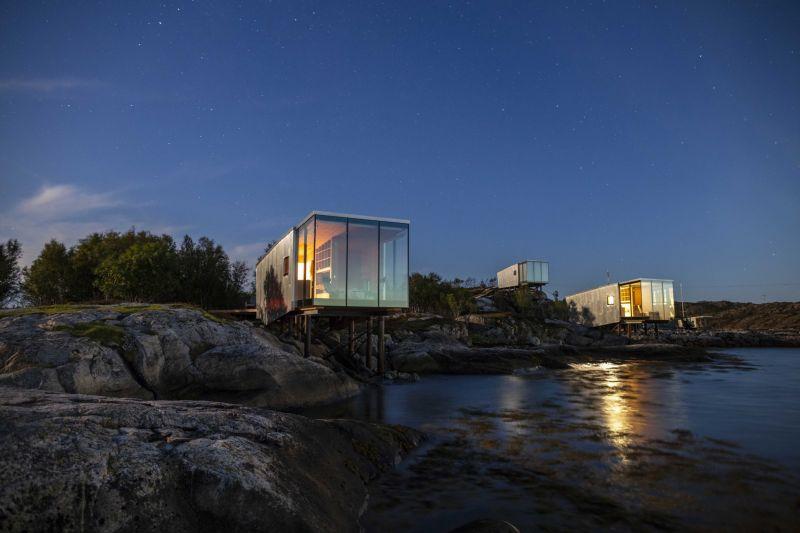 arquitectura_y_empresa_manshausen island resort_cabinas frente noche_Kjell Ove Steinsvik