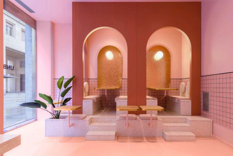 Imagen de detalle del interior, protagonista el color rosa con toques dorados