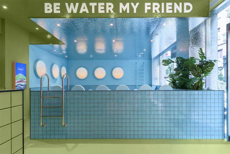 Imagen de detalle del interior con vista hacia el comedor azul que simula el interior de una piscina