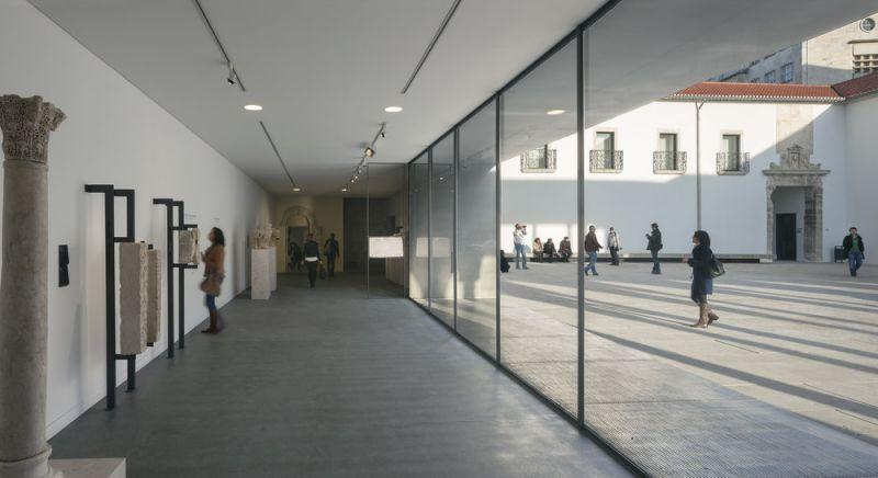 arquitectura y empresa museo byrne 04 esculturas y patio