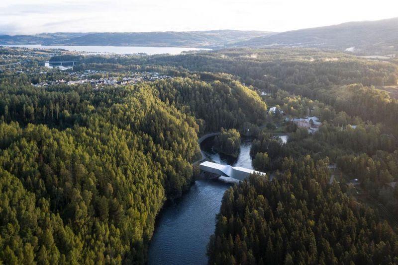museo twist_ vista del bosque y el rio con edificio museo