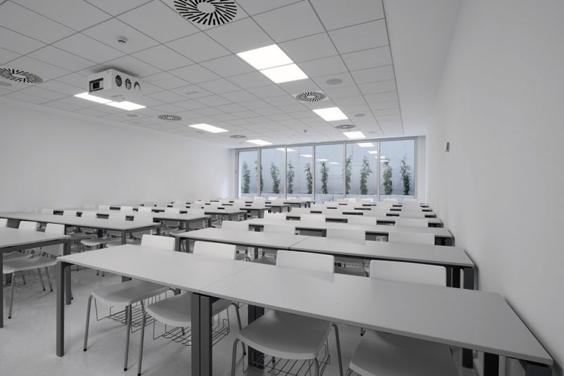 escuela universitaria de osuna aula semisotano patio