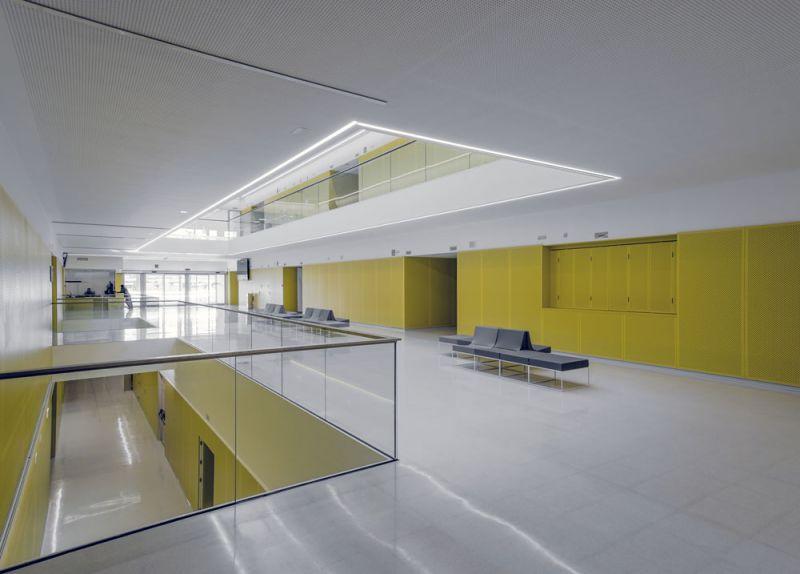 arquitectura escuela universitaria de osuna pasillos interiores distribuidores doble altura