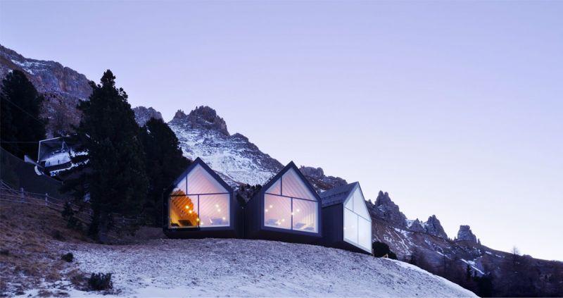 Imagen exterior del refugio que se presenta como tres pequeñas casitas