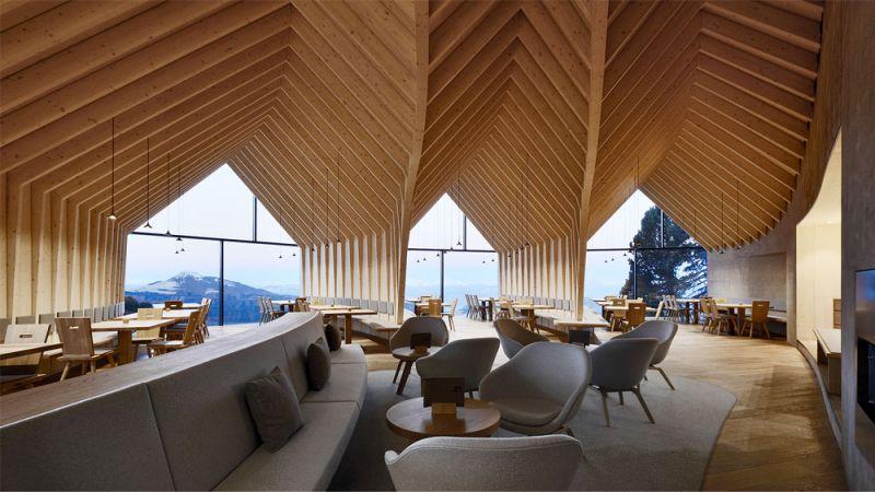 Imagen del interior del refugio Oberholz y la estructura de madera