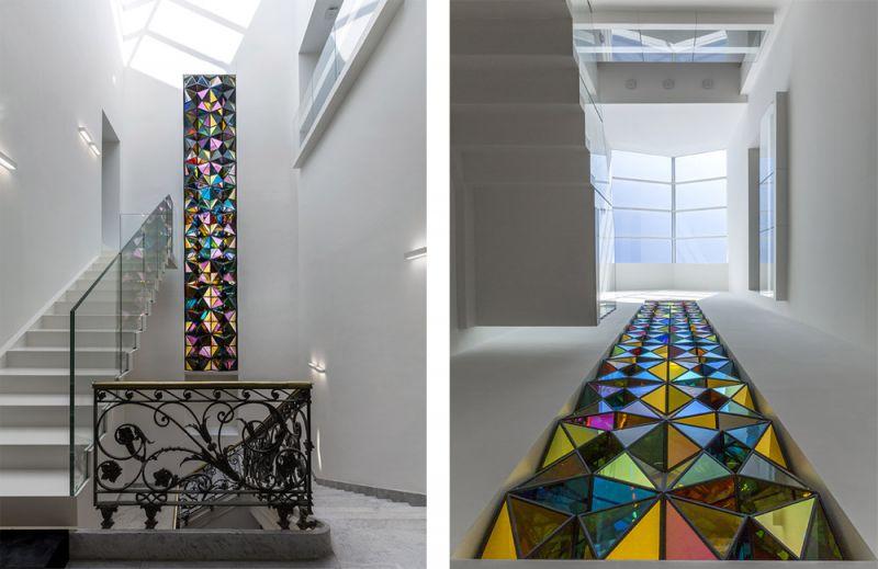 Imagen de la escalera de la villa con la nueva luz cenital y la obra de arte de Olafur Eliasson