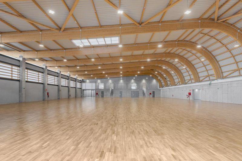 arquitectura pabellon municipal san lorenzo makin molowny portela fotografia interior espacio principal vigas de madera