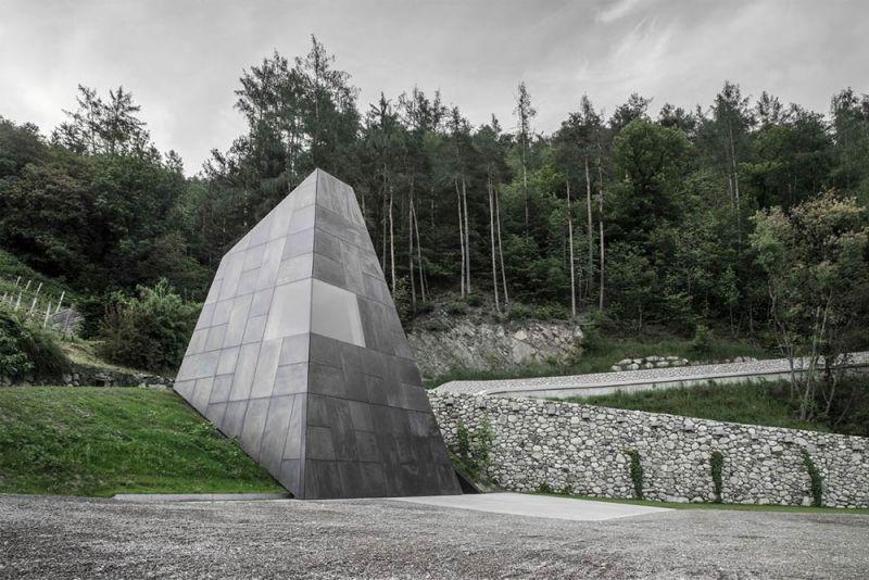 Imagen exterior de la nueva torre piramidal que emerge del terreno