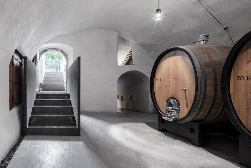 Imagen interior de la antigua bodega restaurada y sus barriles de roble