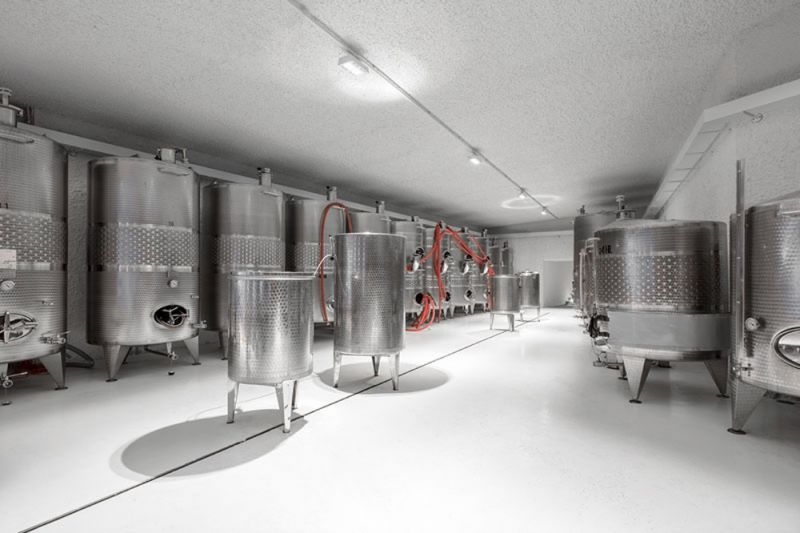 Imagen interior con los tanques de acero