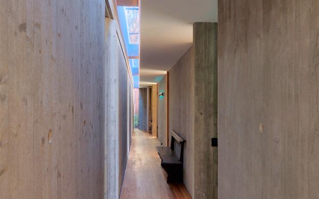 La claraboya iluminando parcialmente el pasillo