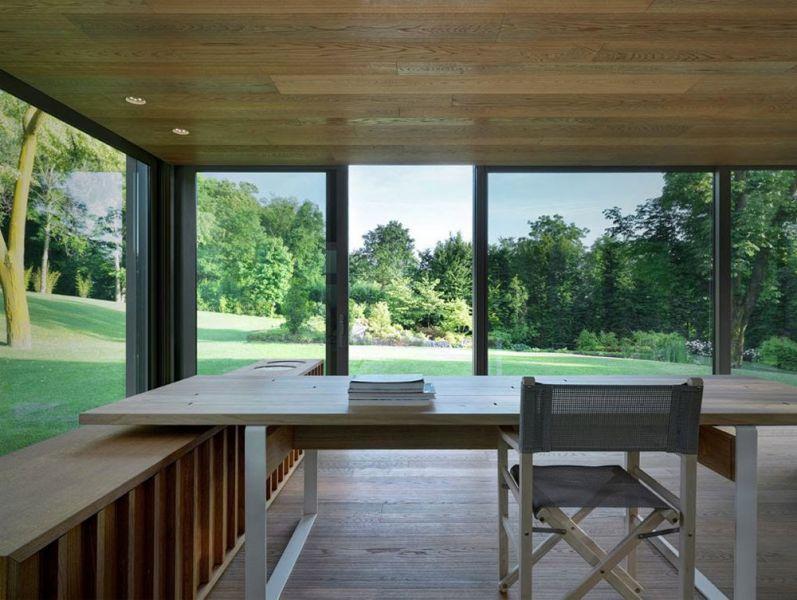 Vista desde el interior del conservatory acristalado hacia el parque