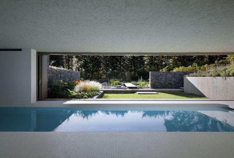 Vista del interior de la piscina con la fachada abierta que conecta con el solarium