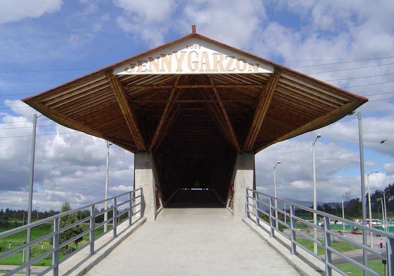 Fotografía ingreso al puente peatonal.