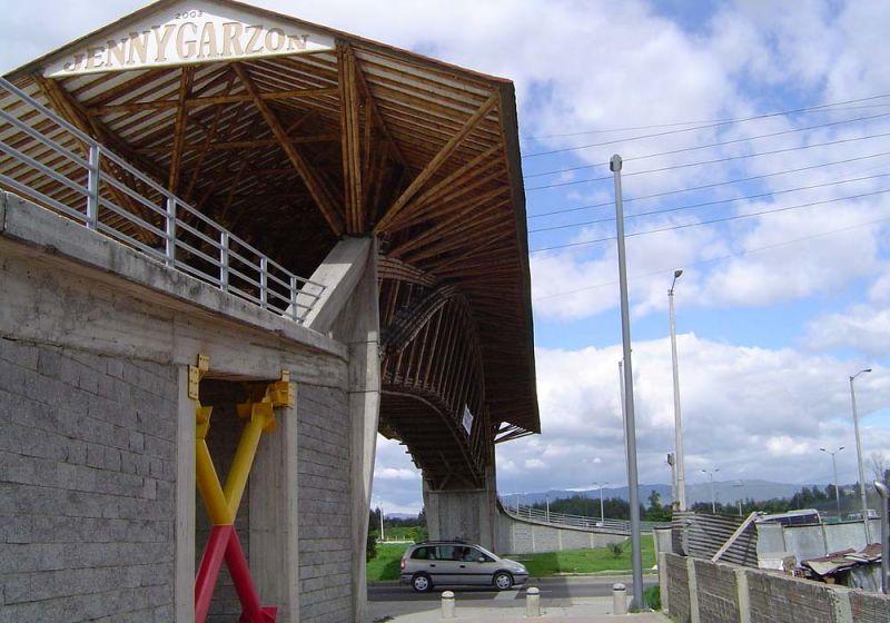 Fotografía lateral del puente donde se observa la base y el reforzamiento.