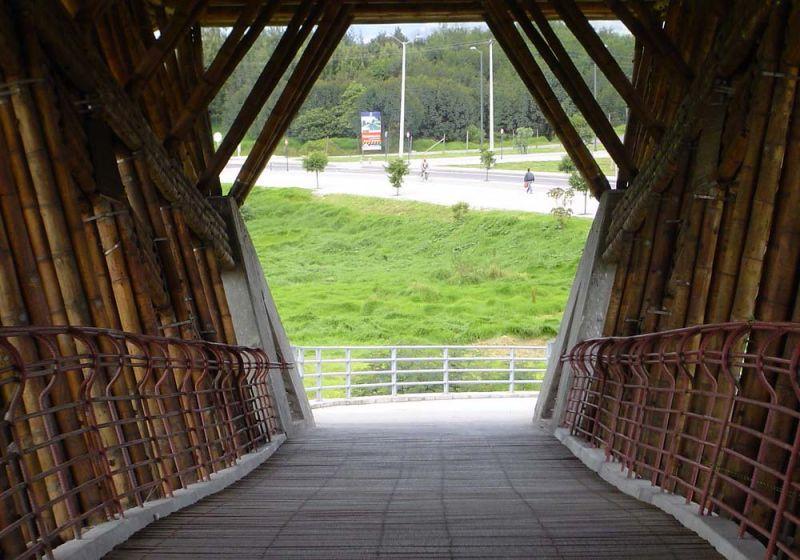 Fotografía vista al salir del puente peatonal