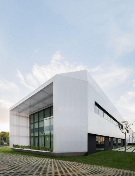 arquitectura y empresa_Ruben Muedra_Oficinas Idai_pavimento ext