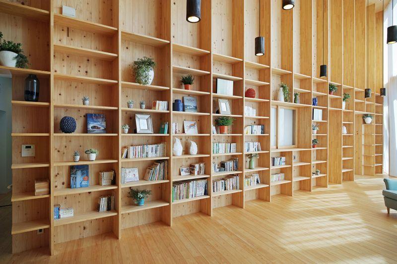 arquitectura_y_empresa_Sachi House_estantería salón