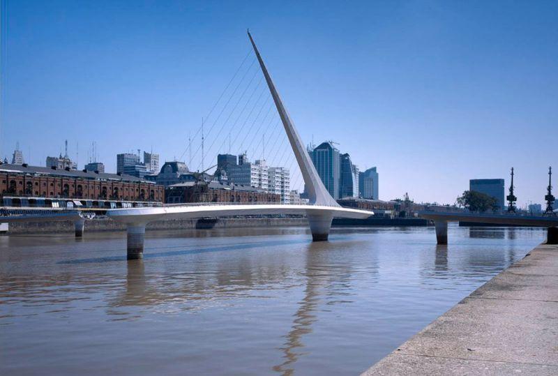 arquitectura hormigón armado, cemento blanco  y metal son los materiales que le dieron forma puente de la mujer