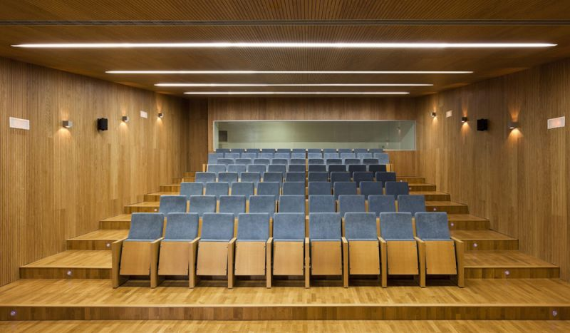 arquitectura unia arquitectos spee sevilla interior sala exposiciones presentaciones madera