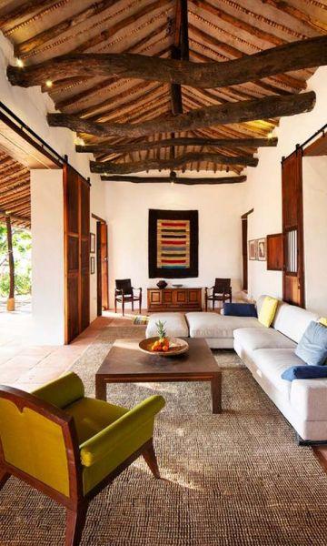 Vista interior de una vivienda construida con la técnica de tapia pisada.