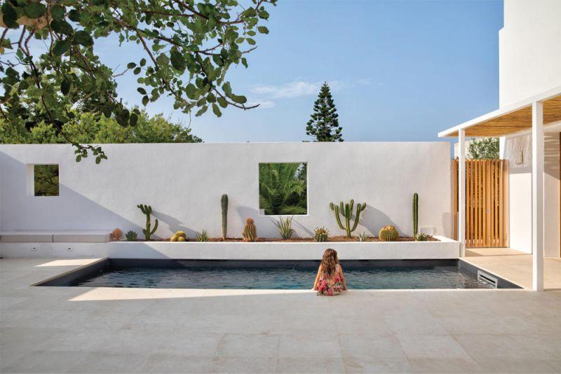 imagen del patio y la piscina