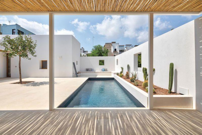 imagen del patio y la piscina desde el techo de bambu