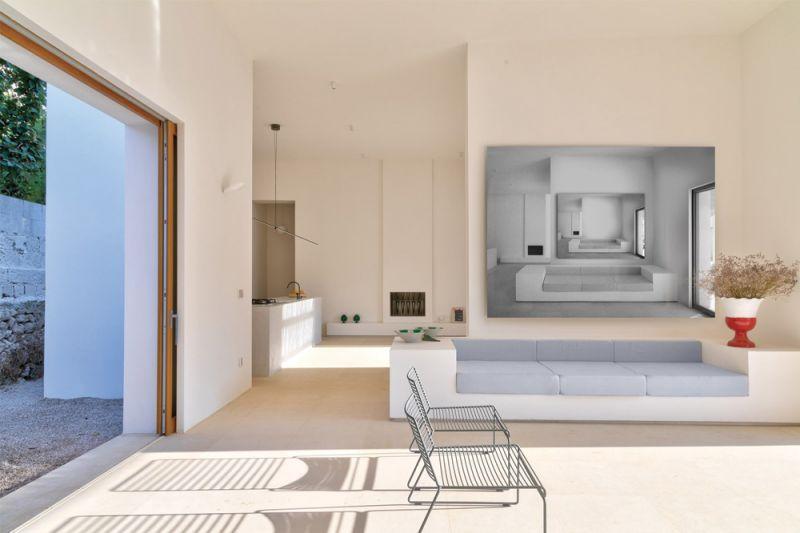 imagen interior de la zona de estar y cocina entre dos patios