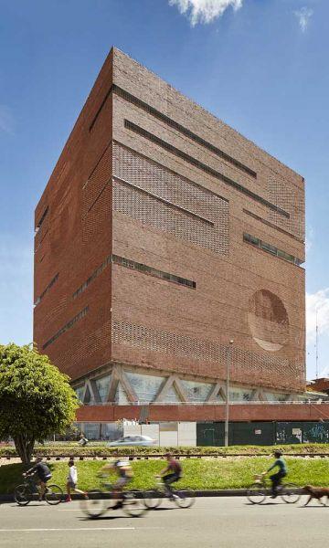 Fotografía de la fachada desde la perspectiva peatonal