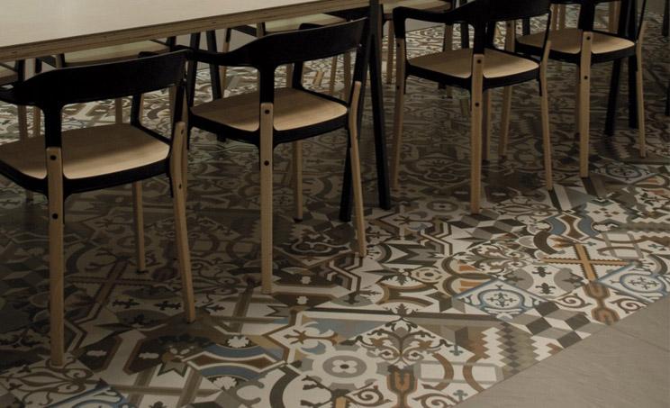 el suelo en s se convierte en un elemento ms de la decoracin de la estancia que con su geometra atrae todas las miradas la ventaja que presentan