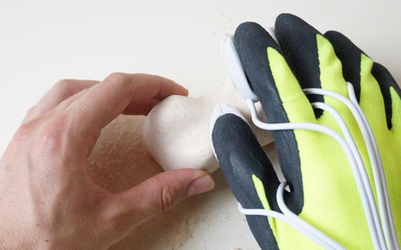 este innovador diseo recibe el nombre de electric happaratus un guante dotado de dos abrasivas en las puntas de los dedos que en alternativo