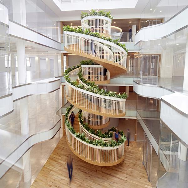 diseada por el estudio de paul cocksedge esta escalera escultrica nica caracteriza el espacio interior de las oficinas ampersand diseadas por