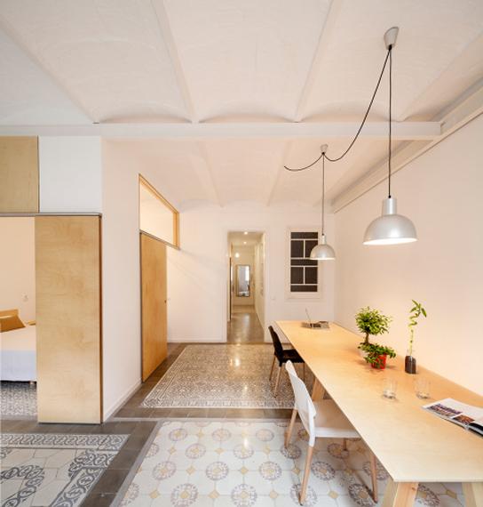 Decapar e iluminar reforma de apartamento en barcelona for Iluminar piso interior