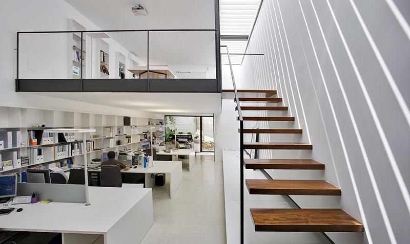 Nueva sede del estudio de arquitectura y dise o sanahuja for Estanteria plantas interior