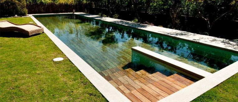 El suelo que se transforma en piscina arquitectura for Piscina madera pequena
