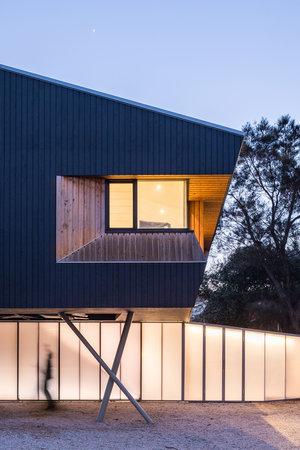 arquitectura_Braham Architects_Beach Office_luz noche