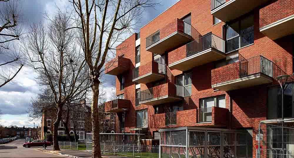 Brickworks, 23 viviendas sociales y centro comunitario en Holly Park Estate, Londres, de Brady Mallalieu Architects.
