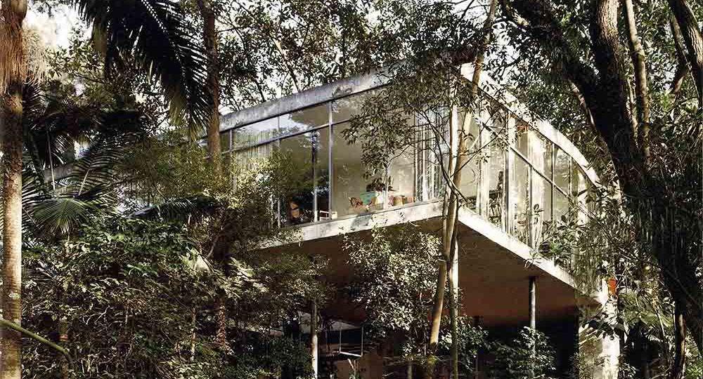 La casa de cristal entre el cielo verde de la arquitecta Lina Bo Bardi