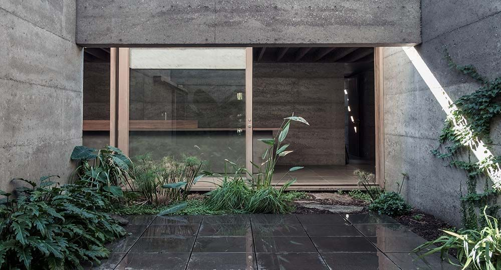 Cloister House, una casa patio de hormigón reciclado de MORQ Architecture en Australia.