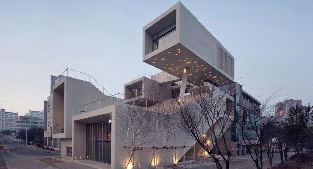 Alojarse entre cajas flotantes de hormigón: F.S.One de IDMM Architects