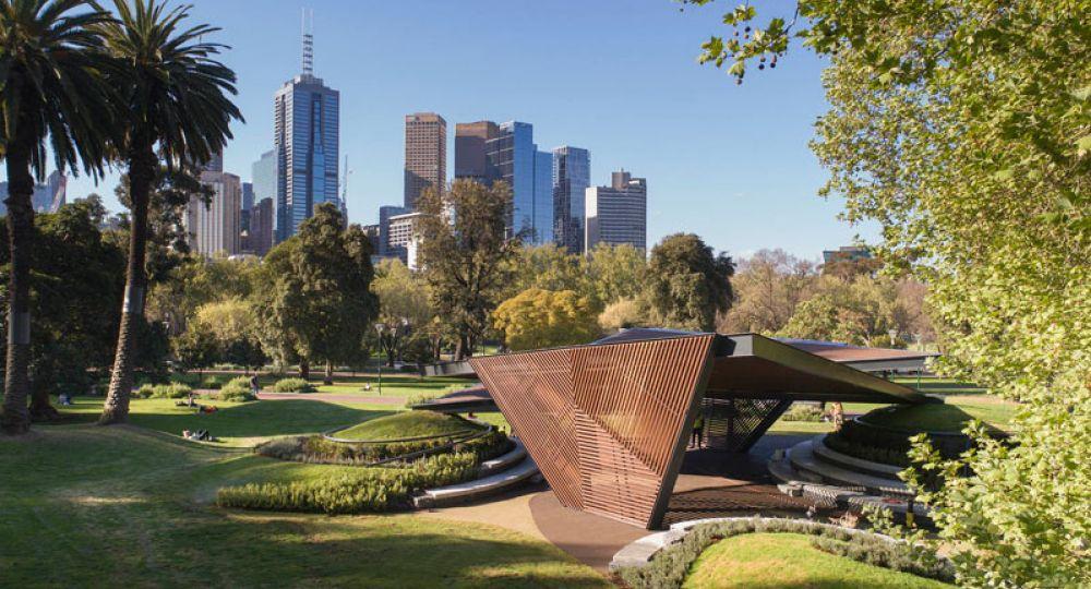 La arquitecta Carme Pinós inaugura el MPavilion 2018 en Melbourne.