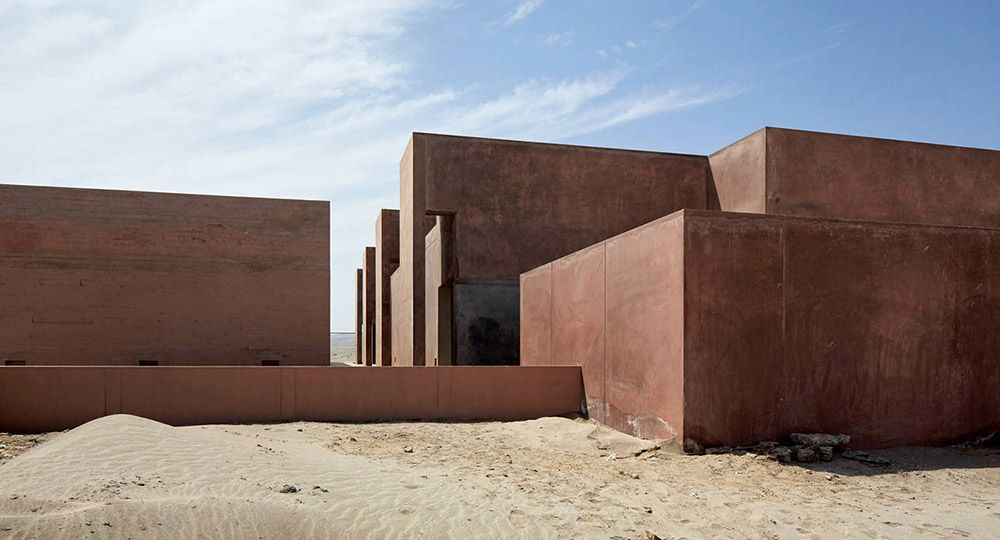 Hormigón rojo en el desierto de Paracas. Museo de Sitio Julio C Tello, Perú. Barclay and Crousse Architecture.