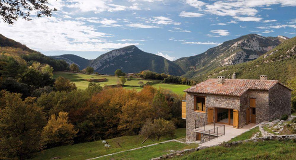 Casa de el bosquet un refugio entre monta as arquitectura - Casas del pirineo ...