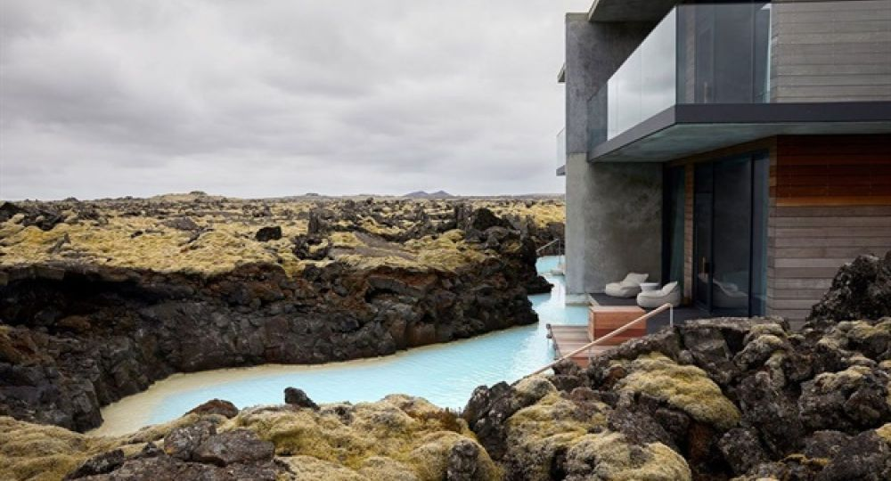 Arquitectura hotelera de lujo en el Lago Azul de Islandia. The Retreat, por Basalt Architects.
