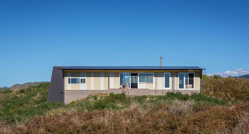 Casa de veraneo en Te Horo Beach, de Parsonson Architects.  Arquitectura de calidad en espacios reducidos.